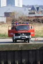 Itzehoe/131822/iveco-feuerwehrfahrzeug-am-itzehoer-hafen-nahe IVECO Feuerwehrfahrzeug am Itzehoer Hafen nahe der zum Teil abgebrannten Mühle Rusch 02.04.2011