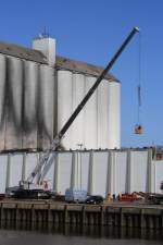 Itzehoe/132298/kran-vom-krandienst-suederau-beim-containern Kran vom Krandienst Süderau beim 'containern' an der Mühle Rusch in Itzehoe 09.04.2011