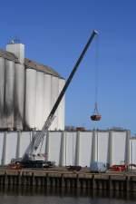 Itzehoe/132300/kran-des-krandienstes-suederau-beim-containern Kran des Krandienstes Süderau beim 'containern' an der Mühle Rusch in Itzehoe 09.04.2011