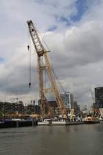 Krane/152466/schwimmkran-im-historischen-hafen-von-rotterdam Schwimmkran im historischen Hafen von Rotterdam 27.07.2011