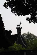 Shanghai/131009/kleine-figur-auf-einem-dach-im Kleine Figur auf einem Dach im Yu-Garten in Shanghai 16.10.2010