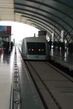 Shanghai/131083/einfahrt-des-transrapid-in-den-bahnhof Einfahrt des Transrapid in den Bahnhof Shanghai 18.10.2010