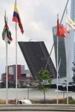 Rotterdam/152464/hochgeklappte-erasmusbruecke-im-hafen-von-rotterdam Hochgeklappte Erasmusbrücke im Hafen von Rotterdam 27.07.2011